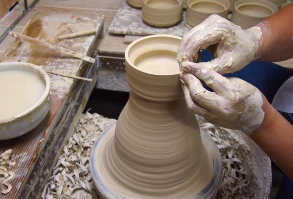 和えるの愛媛県から砥部焼のこぼしにくい器を職人がロクロで手作りする様子