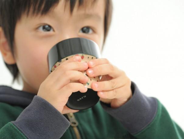 子どもが自然と両手で、大切に持ちたくなるこぼしにくいカタチ