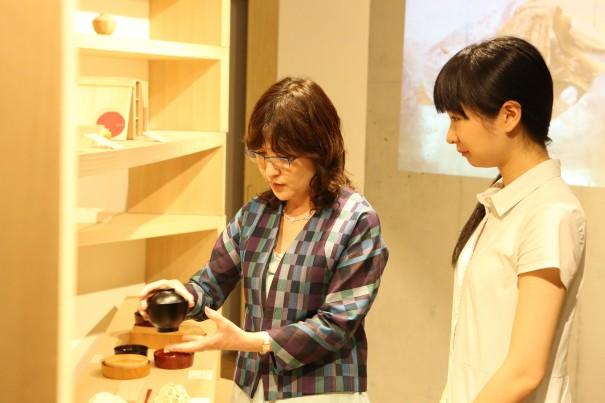 20140821稲田大臣aeru meguro視察_越前漆器のはじめての汁椀