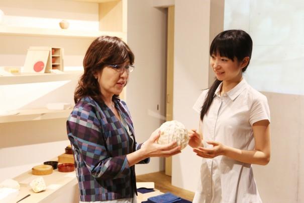 稲田大臣 和紙のボール