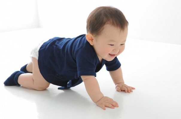 aeru徳島県から本藍染の産着と靴下を着た赤ちゃん
